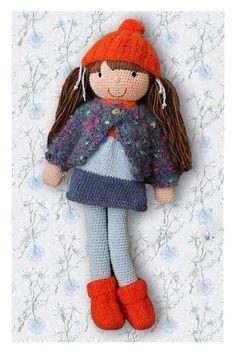 Diggi - lalka wykonana na szydełku. Lalka ubrana jest w sukienkę, sweterek, skarpetki i czapeczkę wykonane na drutach. Włosy lalki upięte są w kucyki.