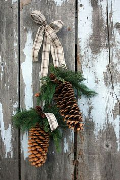 Rustic winter Christmas decoration made from pine cones for a green Xmas. Natural Christmas, Noel Christmas, Primitive Christmas, Country Christmas, Winter Christmas, All Things Christmas, Christmas Wreaths, Christmas Ornaments, Simple Christmas