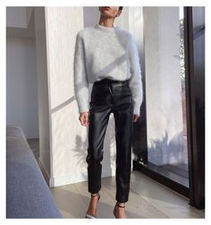 Leather Trousers Outfit, Black Leather Pants, Trouser Outfits, Winter Fashion Outfits, Trendy Outfits, Winter Outfits, Autumn Fashion, Capsule Wardrobe, Hourglass Figure Outfits