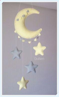 Móbile feito de feltro, costurado a mão e preenchido com fibra siliconada. Lindo móbile composto por lua e estrelas. Sua leveza, o colorido e mobilidade traz calma e distração para o seu bebê. Deixa qualquer ambiente alegre e divertido. Medidas Aproximadas: Altura: 80 cm ( Desde a pon... Felt Crafts Diy, Baby Crafts, Diy Baby Gifts, Baby Sewing Projects, Baby Crib Mobile, Felt Baby, Hanging Mobile, Baby Pillows, Baby Room Decor