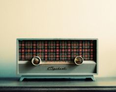 Image discovered by Find images and videos about vintage, retro and radio on We Heart It - the app to get lost in what you love. Love Vintage, Vintage Design, Retro Vintage, Vintage Music, Radio Record Player, Record Players, Tvs, Radio Design, Old Time Radio