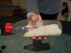 Ya tenemos el arroz dentro de la botella y ahora son unas maracas o shakers. Agarrala como se ve en la foto y dale ritmo!