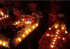 Es el Dias des los Muertos en Oaxaca. Son unas tumbas y casas que son decoradas ya.