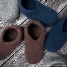 For en del år siden kjøpte jeg et garnnøste fra en engelsk produsent og på innsiden av etiketten stod fremgangsmåtenpå disse tøflene. Jeg forelsket meg helt i den! Kan det virkelig være såenkelt å lage tøfler? Med pinne nr. 6 går det kjapt å strikke og monteringen tilslutt bedstår kun av en liten søm på ... LES MER