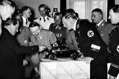 Ferdinand Porsch laat Volkswagen Kever aan Hitler zien