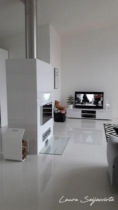 Modern/Livingroom/Valkoinen olohuone/ Avara olohuone/ White/Läppljung/Vitra/Hay/Skandinavisk/Modern/Livingroom/White/Skandinavisk/Nordichome/Uunisepät/Ikea/Artek/ Artek-kanto/Shorebird/Kuta-valaisin/ Kuta/ BoConcept/Normann Copenhagen/ AMP/ Frandsen