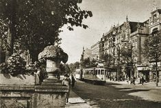 Dawny rynek (Markt) na ul. Grunwaldzkiej (Hauptstraße). Danzig, Prussia, Beautiful Buildings, Old Town, Poland, Black And White, Architecture, City, Places