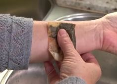 Gebruik oude theezakjes bij brandwonden of muggenbeten. Houd een oud theezakje onder koud water en doe hem op de zere plek