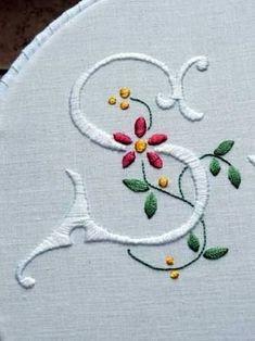 Resultado de imagen para patrones de letras con flores bordadas a mano