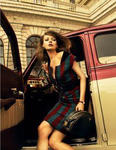 Жилет и юбка из твида, кардиган, пояс, сумка, все — Prada; клипсы VRBA, часы, все — Vintage Voyage