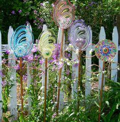 Garden totems, glass garden art, glass art, decorated flower pots, garden c Glass Garden Flowers, Glass Garden Art, Glass Art, Glass Glue, Garden Crafts, Garden Projects, Diy Projects, Decorated Flower Pots, Garden Totems