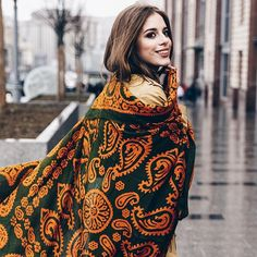 Платок Kelagayi – это отражение внутреннего мира женщины. Это символ ее личности, загадочной и таинственной🔮.. а может быть яркой и безрассудной? Выбрав свой #kelagayi, вы обзаведётесь не только красивым аксессуаром, но и оберегом, талисманом на все случаи жизни🍀  .  .  #azerika #azerikakelagayi #kelagayi #kelaghayi #kelagai #silkscarf #silkscarves #silk #streetstyle #шелковыйплаток #шелк #келагаи