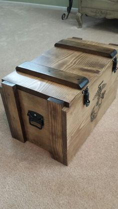 Vintage Wooden Crates, Wooden Toy Boxes, Wood Boxes, Wooden Trunks, Wooden Chest, Easy Woodworking Projects, Woodworking Projects Plans, Rustic Wood Box, Wooden Pallet Projects