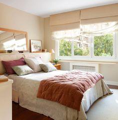 Dormitorio principal. Cabecero realizado por Carpintería Arias, mesilla de Mercader de Venecia, lámpara y espejo de Cado y edredón de Filocolore.