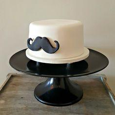 Bolo Bigode, para celebrar o primeiro mês de vida de um bebê menino muito amado!  . Orçamentos e encomendas:  E-mail: contato@bolosdacintia.com  Whatsapp: (11) 96882-2623 . #bolosdacintia #bolodecorado #bolo #mesversario #1mes #bigode #mustache #cake #cakeboss #cakedecorating