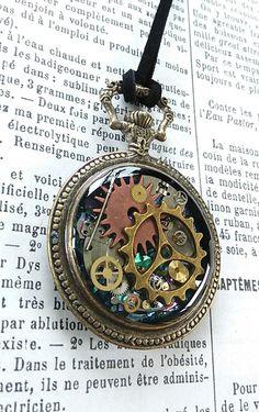 ユニセックスのペンダントになりました。 歯車のチャームと、ヴィンテージの時計のパーツ、螺鈿の欠片を使用しています。 下地をキラキラしたブルーで塗り、螺鈿を敷き...|ハンドメイド、手作り、手仕事品の通販・販売・購入ならCreema。