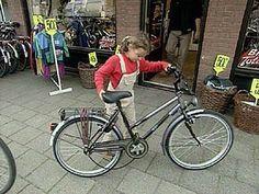 Als de ketting van je fiets eraf ligt kun je niet fietsen. Dan ga je naar de fietsenmaker. Hij legt de ketting er weer op. De fietsenmaker in het filmpje vertelt hoe de ketting op een tandwiel werkt.