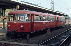 Der spätere Museumstriebwagen 795240 mit überstrichenen Oberlichtfenstern und einem Fahrzeugscheinwerfer als drittem Spitzensignal