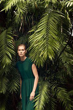 "Hermès - Vestiaire d'Été 2014. Pleated dress in blue-green wool crêpe, ""Chaîne d'ancre"" chain in yellow gold. #hermes #womenswear #fashion"