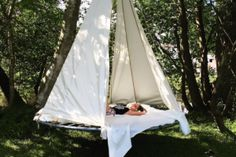 Take your old trampoline and turn it into a comfy, cozy swing bed in a few easy steps. Trampoline Swing, Backyard Trees, Backyard For Kids, Trampolines, Garden Day Bed, Bed Steps, Diy Daybed, Hanging Beds, Salads