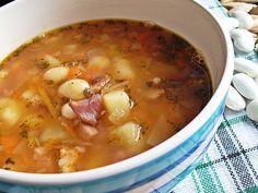 Tradycyjna zupa fasolowa...na żeberkach i boczku przepyszna jest...trzeba namoczyć fasolę na noc w wodzie po czym ją sparzyć nie jest wzdymająca wówczas :-) taki trik :-) Soup Recipes, Dinner Recipes, Cooking Recipes, Polish Recipes, Polish Food, Tasty, Yummy Food, Vegan Soups, Cakes And More