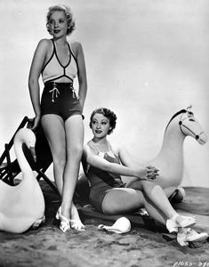 vintage everyday: 23 Interesting Vintage Photos That Show How Swimsuits Evolved from the Victorian Era to the Bikini Age Old Hollywood Glamour, Vintage Glamour, Hollywood Beach, Vintage Beauty, Classic Hollywood, Monokini, Vintage Photographs, Vintage Photos, Vintage Outfits