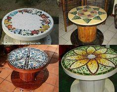 Bobinas usadas como mesas com mosaicos.Bela ideia para reciclar com gosto!