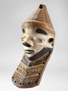 PENDE MASKE Kongo. H 29 cm.  muyombo-Maske, die horizontal auf dem Kopf getragen wurde. Das Kinn endet in einem Bart: ein Symbol der Autorität und Weisheit der Ahnen. Dieser Maskentyp trat bei Heilritualen auf und schützte vor Krankheit und Schadenzauber.