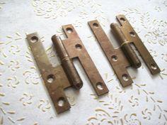 Cerniere dell'annata di Italia in ferro bronzo. per porte Antique Hinges, Antique Iron, Cast Steel, Italy Art, External Doors, Flat Head, It Cast, 1970s Art, Antiques