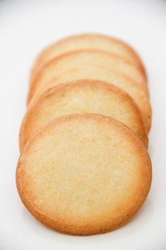 Ces petits biscuits sont tellement délicieux que si vous aimez le citron je vous conseille vivement de les faire vous ne serez pas déçus. Le goût du citron est bien présent, sans être trop acide et… Biscuit Cookies, Cupcake Cookies, Bolacha Cookies, Thermomix Desserts, Eat Your Heart Out, Molecular Gastronomy, No Bake Cake, Cornbread, Bakery