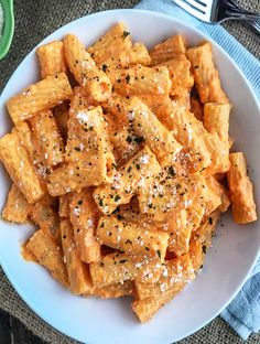 Roasted Red Pepper Rigatoni Creamy, savory-sweet roasted red pepper sauce that comes together with a handful of ingredients and under 20 minutes. Easy, flavorful, and incredibly delicious. Roasted Red Pepper Sauce, Roasted Red Peppers, Easy Dinner Recipes, Easy Meals, Game Recipes, Easy Snacks, Seafood Recipes, Dinner Ideas, How To Cook Pasta