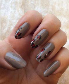 FUNKY AND FIFTY: Harmaa Mavala sai kissamaisen vivahteen. My natural nails with mavala Warm Grey 314 and leo. www.funkyandfifty.blogspot.fi