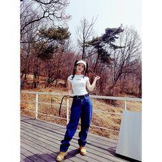 """💕  #응답하라!   #ViVi 언니! 희진이도 응원 왔다 😎 [ViVi] 앨범은 내가 먼저 예약할거야 😆  .  #HeeJin came here to support ViVi!  """"Hey, I'm gonna be the first one to buy ViVi's new single""""  .  .  예약판매 관련 사항은 #이달의소녀 공식 팬카페에서 확인하세요!  Please check details about ViVi's upcoming single on  #LOOΠΔ fancafe!  .  ▶cafe.daum.net/loonatheworld - Official LOOΠΔ Instagram (@loonatheworld)"""