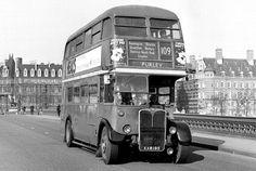 Route London Transport, on Westminster Bridge. Vintage London, Old London, Volkswagen Bus, Vw Camper, London Transport, Public Transport, Classic Trucks, Classic Cars, Rt Bus