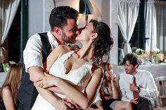 Bacio galeotto tra gli sposi durante un momento di ballo | You may kiss the bride... while dancing during your wedding party! | @ Agriturismo 4.5