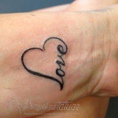 Napis LOVE w serduszku na nadgarstku