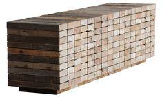 """Piet Hein Eek, jeune designer hollandais, fabrique des meubles en assemblant des morceaux de bois de récupération : méthode appelée """"scrapwood""""."""