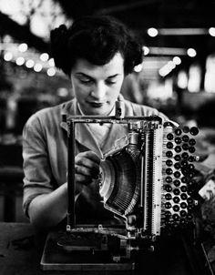 Los principios de la comunicación escrita: La máquina de escribir- cuando no servía, había que   revisarlas