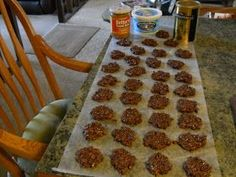 SKINNY NO-BAKE COOKIES.Only 1 Weight Watchers point per cookie.eat 2 or 3 or know the fat version is good hopefully these are too. Skinny Recipes, Ww Recipes, Light Recipes, Recipies, Weight Watchers Points, Weight Watchers Desserts, Healthy Sweets, Healthy Snacks, Healthy Recipes