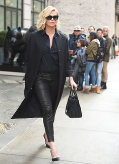 Charlize Theron in leather leggings, a black shirt and long coat - click through for more celebrity outfit ideas Atomic Blonde Outfits, Charlize Theron Style, Stylish Outfits, Fashion Outfits, Celebrity Style Inspiration, Inspirational Celebrities, All Black Outfit, Comfy Casual, Celebrity Outfits
