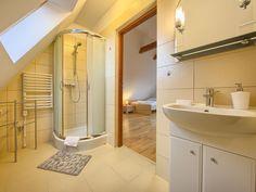 Jedna z dwóch łazienek