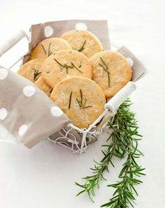 Pizzette al rosmarino con farina di ceci. Ricetta di Laura Degortes, Foto di Laila Pozzo Tratta dalla rivista Cucina Naturale