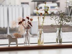 透明瓶に生花を生けるのと同じ感覚で! 窓辺に置けば光が透けて、より綺麗に見えますね…