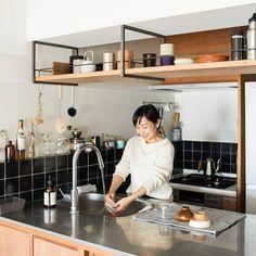 Home Decor Minimalist and home decor accessories Kitchen Bar Design, Kitchen Styling, Interior Design Kitchen, Kitchen Sets, New Kitchen, Kitchen Decor, Muji Home, Concrete Kitchen, Beautiful Houses Interior