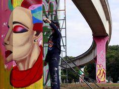 """Coletivo Urbanóide desenvolve ação de grafite """"Todos os Povos, Todas as Cores, Nossa Cultura""""."""