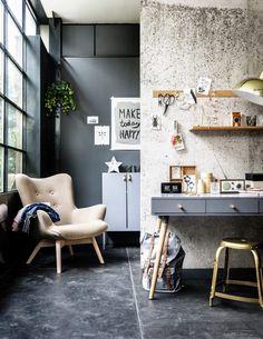 Maxi fauteuil cosy beige / Mur gris foncé / Baie vitrée
