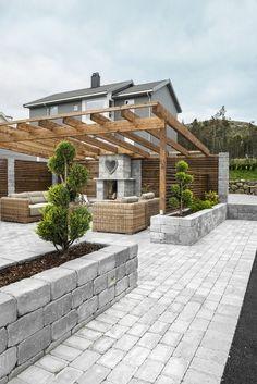 Pergola, retaining wall idea #pergolafireplace #trellisfirepit #deckbuildingconcretepatios