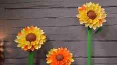Tee paperista reheviä auringonkukkia pääsiäiseksi | Askartelu ja käsityöt | Strömsö | yle.fi Floral Wreath, Wreaths, Plants, Home Decor, Floral Crown, Decoration Home, Door Wreaths, Room Decor, Deco Mesh Wreaths