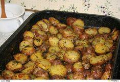 Brambory dobře umyjeme, zalijeme vařící vodou, 5 minut povaříme a nakrájíme na plátky. V kastrůlku ohřejeme olivový olej a rozpustíme v něm... Sprouts, Potatoes, Vegetables, Ethnic Recipes, Food, Meal, Potato, Essen, Vegetable Recipes