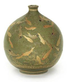A small Satsuma globular vase by Kinkozan, Meiji period, Japan. Japanese Porcelain, Japanese Ceramics, Japanese Pottery, Japanese Art, China Porcelain, Porcelain Clay, Porcelain Jewelry, Glass Ceramic, Ceramic Pottery
